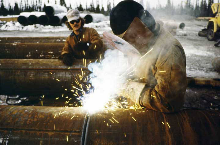 Welding_on_TransAlaska_Pipeline_1976